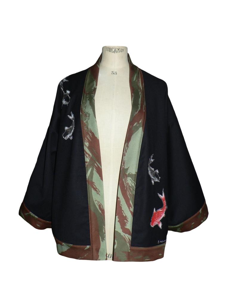 Kimono court en laine noire, jean camouflage et carpes brodées