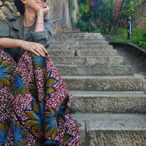 Idée look – Jupe longue à godets en wax bordeaux, bleu et jaune safran